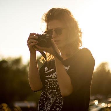 tişörtlü fotoğrafçı kız